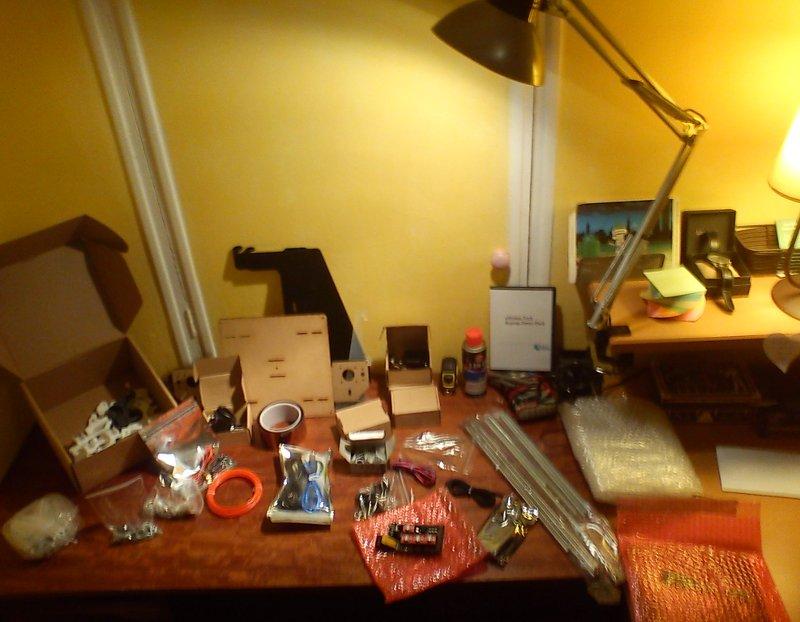 Le kit étalé sur mon bureau avant de commencer le montage.